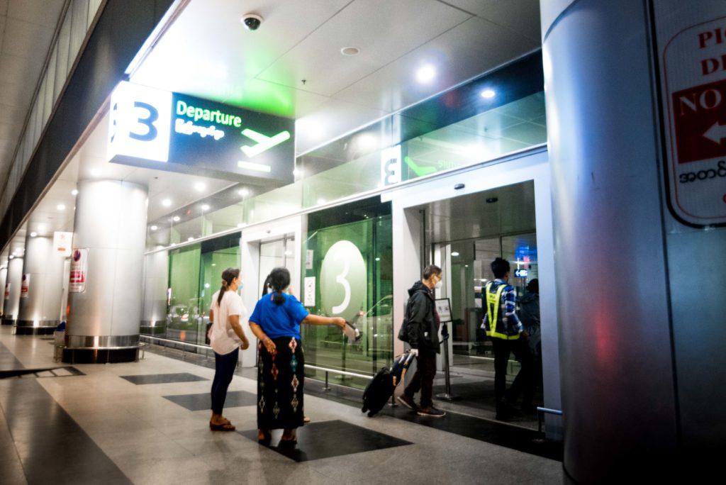 Repatriation -Passengers going inside departure zone at Yangon Airport. Rapatriement - Passagers entrant a l interieur de la zone de depart de l aeroport de Rangoon
