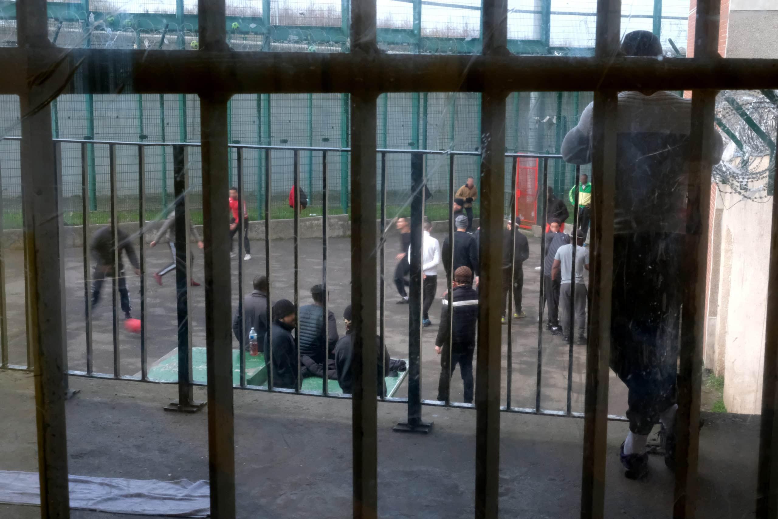 Cour de promenade d'un centre pénitentiaire © JC Hanché pour le CGLPL