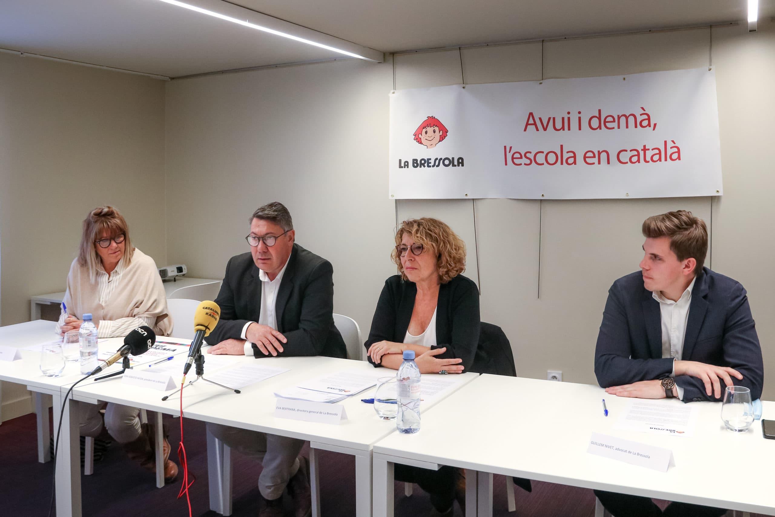 La roda de premsa per denunciar la situació amb el president de la Bressola, Joan-Sebastià Haydn, la directora Eva Bertrana i l'advocat Guillem Nivet. Imatge publicada el 14 d'octubre del 2021. (Horitzontal)